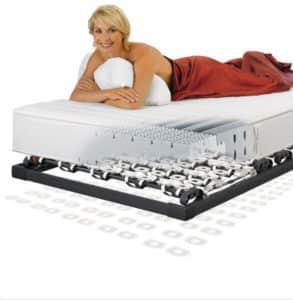 Matratzen Frau auf Bett